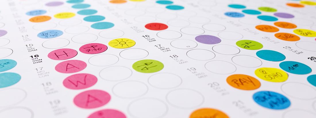 Vue détaillé de Dot sur le calendrier Dotty Edition: Organisez vos jours, vos semaines et vos mois avec des petits  points collants aux couleurs vives!