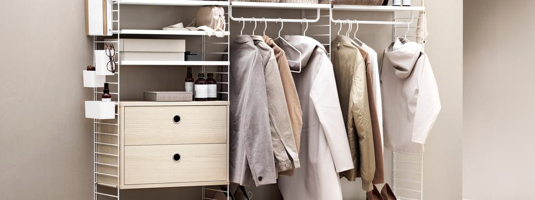 Le système d'étagères String offre beaucoup d'espace de rangement pour les vêtements et autres articles. Dans un ton beige tendance, le système d'étagères est particulièrement invitant.