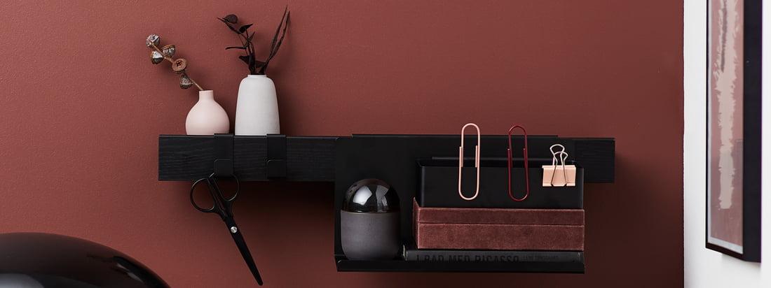 La série Flex de Gejst dans la vue d'ambiance. Avec les accessoires assortis, tels que les étagères et les crochets, la bande d'étagère Flex peut être utilisée à merveille dans le bureau.