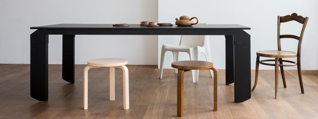 Novak Tisch von Objekte unserer Tage in der Ambienteansicht. Der extravagante Esstisch lässt sich hervorragend mit schlickten Stühlen und Hockern kombinieren.