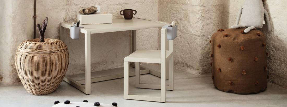 Le petit bureau d'architecte pour enfants de ferm Living fait partie de la collection du même nom, qui rassemble des meubles et des accessoires destinés à éveiller le petit architecte chez l'enfant.