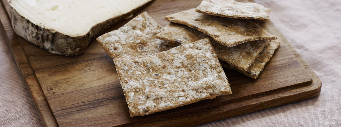 Planche à découper (jeu de 4) de Skagerak : La planche à découper convient pour les snacks, comme plateau de service rustique ou pour le sandwich entre les deux.