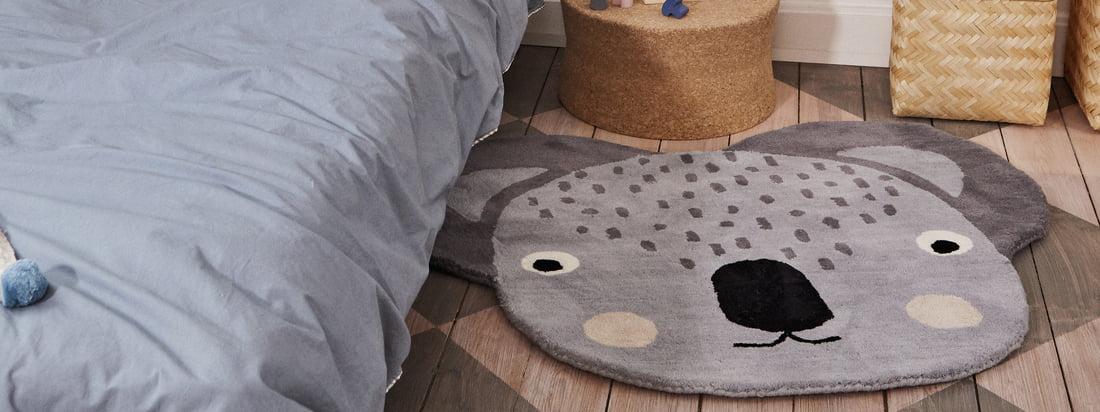 Image du produit Lifestyle du tapis pour enfants Koala de 100 x 85 cm par OYOY. Devant le lit, le tapis devient un accroche-regard pratique dans la chambre des enfants.