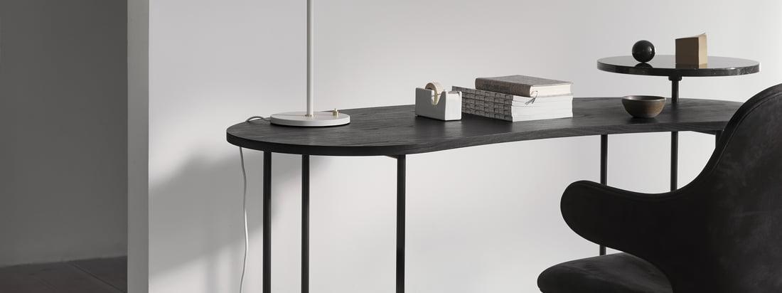 La table de palette - JH9 dans la vue d'ambiance. La version sombre de la table est également harmonieuse. Le marbre noir noble se combine parfaitement avec le plateau de table sombre.