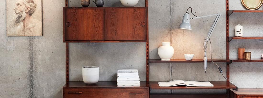 Lampe à pince 1227 d'origine d'Anglepoise dans la vue d'ambiance. Grâce à sa pince, la lampe peut être fixée à n'importe quel endroit du système d'étagères.