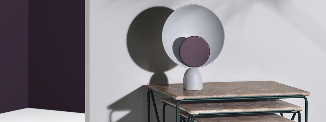 Table d'appoint Triptyque Nesting Table et lampe de table LED Blooper de Please wait d'être assis. La lampe et la table peuvent être parfaitement combinées l'une avec l'autre.
