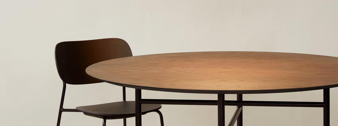 La lampe suspendue circulaire de Menu est utilisée au-dessus de la table à manger, par exemple la table Snaregade, pour attirer l'attention et, bien sûr, comme une bonne source de lumière.