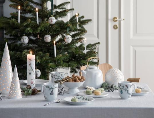 Les supports pour bougie à chauffe-plat Nobili de Kähler Design dans la vue d'ambiance : La lumière des bougies pénètre par les petites ouvertures et crée une atmosphère romantique sur la table festive.