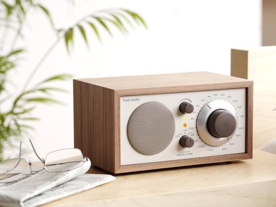 La radio de table conçue par le Gourou du Sound Henry Kloss, garantie le plaisir de l'écoute au plus haut niveau. Le récepteur radio mono offre une réception et une qualité de tonalité qui est en plus belle à voir.