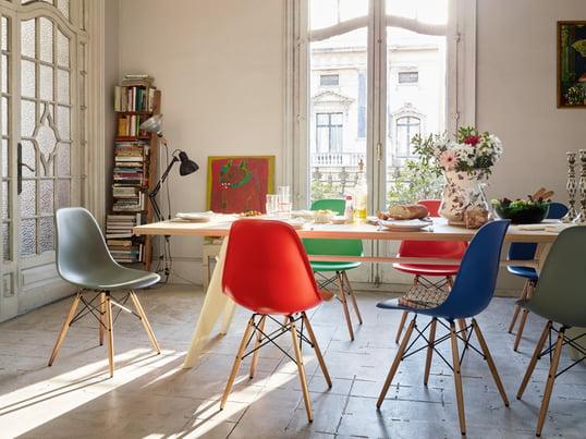 Vitra vous montre comment constituer une salle à manger élégante et authentique. La table de salle à manger EM fournit suffisamment d'espace pour toute la famille. Vous serez assis confortablement sur la chaise : Eames Plastic Side Chair.