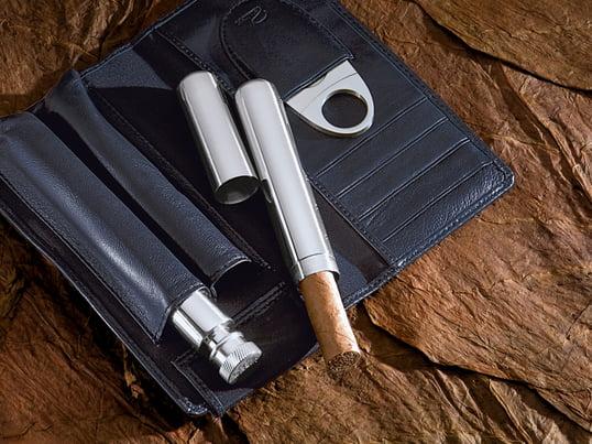 Le set à cigare Churchill du fabricant Philippi est un cadeau formidable pour un véritable gourmet et amateur de cigares. Grâce à la flasque intégrée, le plaisir de savourer est assurée.