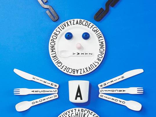 Que cela soit pour apprendre l'alphabet ou comme joli accessoire sur la table de repas, la typographie d'Arne Jacobsen convainc par son écriture simple, au caractère unique.