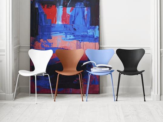Tal R gratifie la chaise Série 7 conçue par Arne Jacobsen d'un nouveau look de couleur: les chaises design du fabricant Fritz Hansen sont désormais monochromes, d'une seule couleur de la tête au pied à savoir noir, blanc, Chavalier Orange et Trieste Blue.