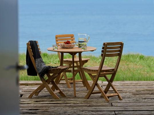 Où la nostalgie est à la maison : chaises de jardin et table de jardin dans un style de maison de campagne traditionnel. Skagerak séduit par des meubles de jardin durables et intemporels en bois.