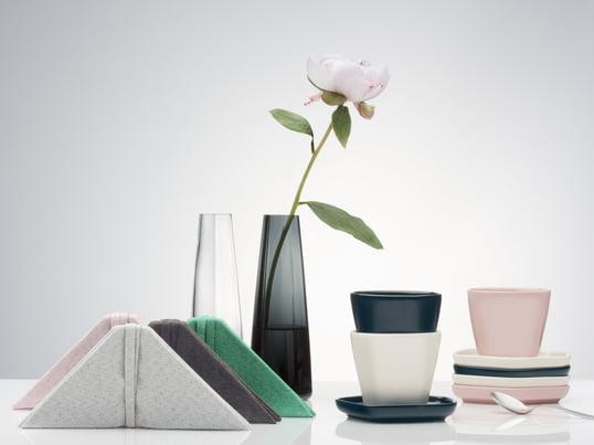 L'artisanat d'art se mêlent à l'ambiance asiatique : le vase, l'assiette, les sets de table et les serviettes du studio de design Issey Miyake sont influencés par la culture asiatique.
