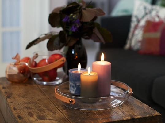 Le support de bougies with light par Holmegaard souligne l'ambiance chaleureuse créée par les bougies colorées et leur chaude luminosité. La poignée en cuir de la décoration design met en valeur l'ambiance réconfortante.