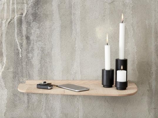 Le support pour bougies chauffe-plat en deux tailles différentes et le bougeoir Create Me en noir font une bonne impression sur l'étagère murale d'Andersen Furniture.