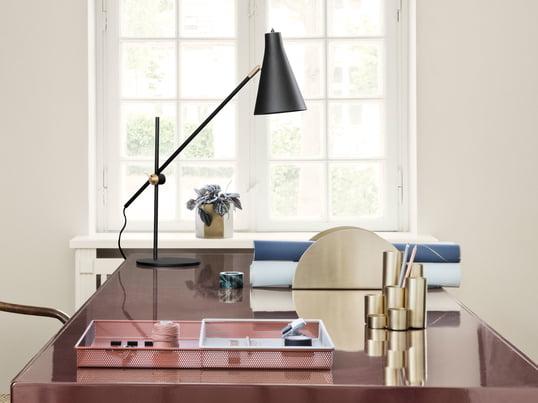 Ferm Living présente avec le porte-stylo en laiton un élément optique élégant pour le bureau, qui est complété de manière optimale par le porte-papier en laiton demi-cercle