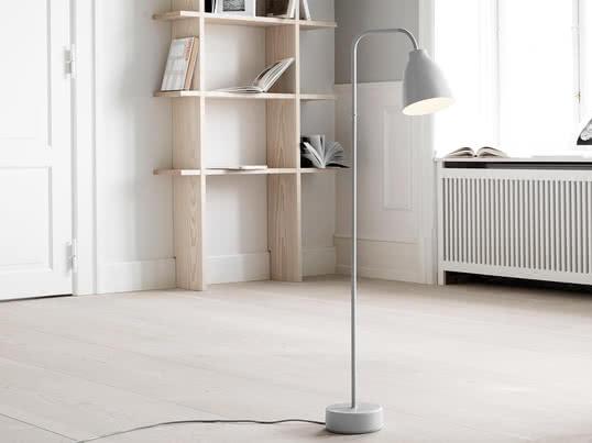 Se basant sur l'abat-jour de la série de luminaires Caravaggio, Cecilie Manz a conçu pour Lightyears une nouvelle série de lampes fonctionnelles ajustables qui diffusent de la lumière directe. Le lampadaire Caravaggio Read est issu de cette série et est une lampe minimaliste avec un petit abat-jour.
