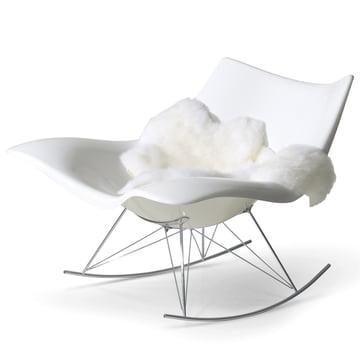 Stingray rocking chair par Fredericia en blanc/chrome avec fourrure d'agneau