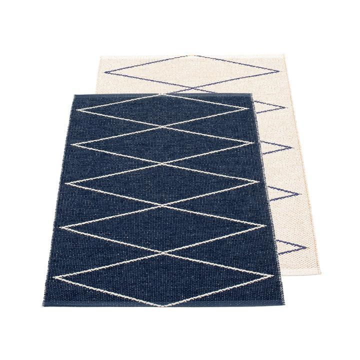 Max tapis réversible, 70 x 100 cm en bleu foncé / vanille par Pappelina
