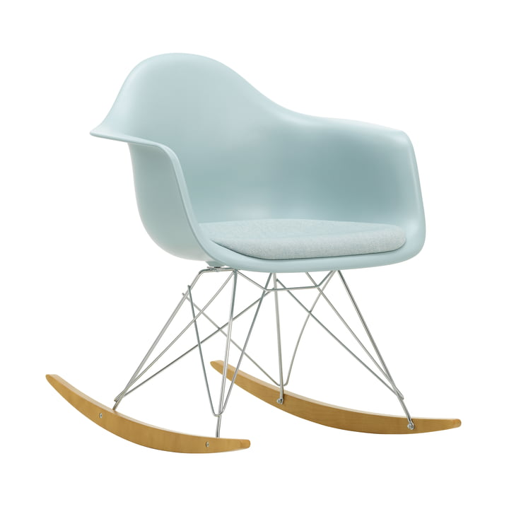 Eames Fauteuil en plastique RAR by Vitra en érable jaunâtre / chromé / coussin d'assise Hopsak ice blue / ivoire / coque d'assise ice grey