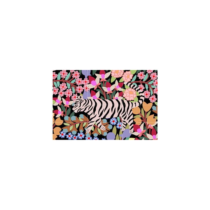 Tiger in Flowers La photo murale de IXXI est accrochée sans perçage.