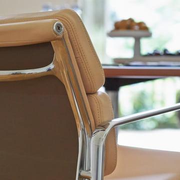 Vitra - Soft Pad Chair EA 217, gros plan de l'accoudoir