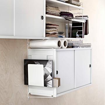 Système d'armoire modulaire avec portes coulissantes de String en blanc, avec porte-revues