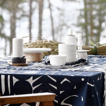 Moulin à épices Oiva Mylly, nappe Yön Varjo et assiette de service / plat à gâteau Oiva Kanta par Marimekko en blanc