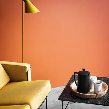 La cafetière à piston Grand Cru par Rosendahl sur la table basse à côté du canapé