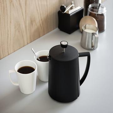 Cafetière à piston Grand Cru par Rosendahl avec des tasses dans la cuisine