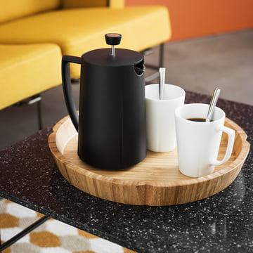 La cafetière à piston Grand Cru par Rosendahl sur un plateau avec des tasses sur le canapé dans le salon