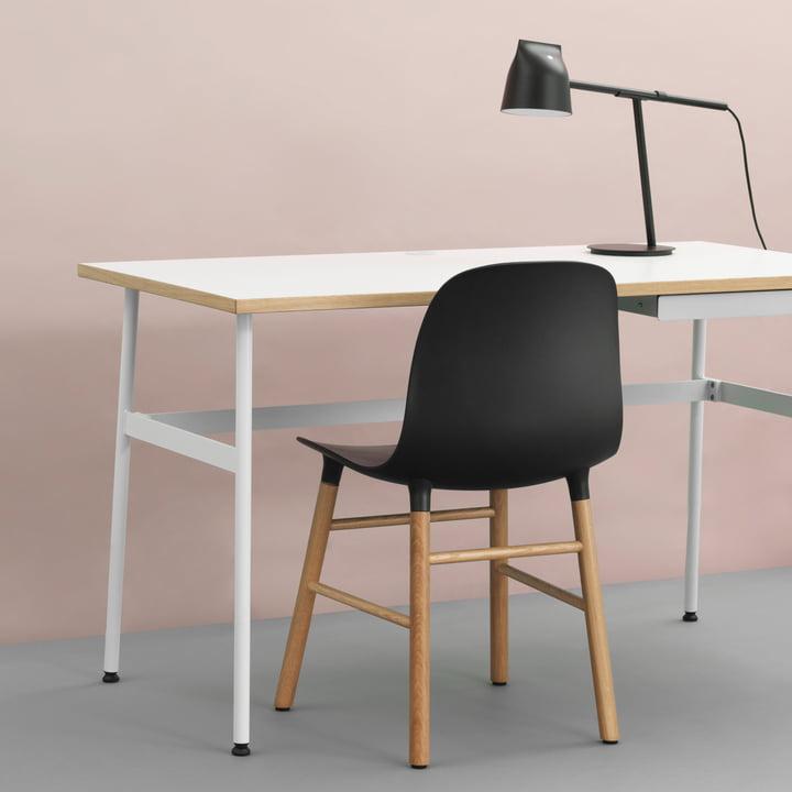 Bureau Journal, lampe de table Momento et chaise Form