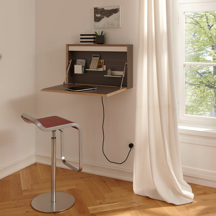 Bureau Flatbox de Müller Möbelwerkstätten dans une salle éclairée
