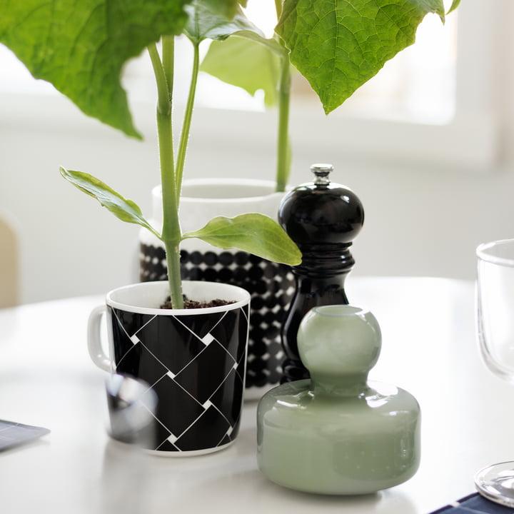 Les mugs Basket et Oiva Räsymatto de Marimekko en tant que vases