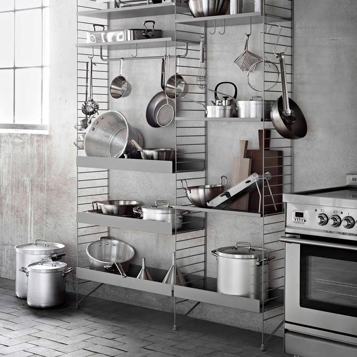 Système d'étagères String avec étagères en métal et accessoires dans la cuisine