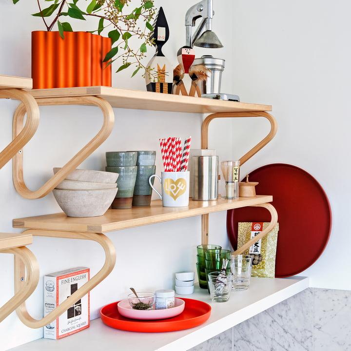 Les Trays de Vitra, rouge (lot de 3) dans une étagère de cuisine