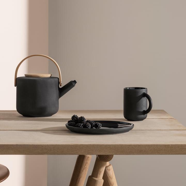 Les mugs et la théière Theo de Stelton sur la table