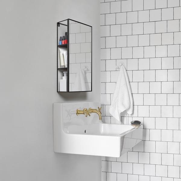 Etagère miroir Cubiko en noir d'Umbra dans la salle de bain