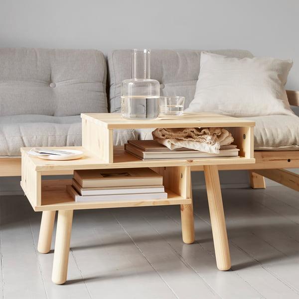 Table basse Hako en nature par Karup Design devant le canapé