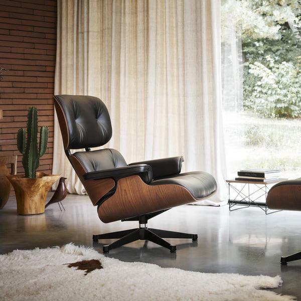 Le Lounge Chair avec Ottoman de Vitra combine l'élégance et le confort d'assise